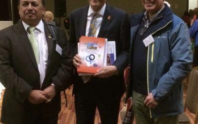 John Hewko recibe nuestro Libro de los 90 años